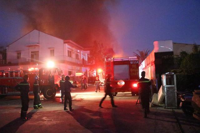 [NÓNG] Hàng trăm chiến sĩ đang gồng mình chữa cháy tại công ty gỗ - Ảnh 6.