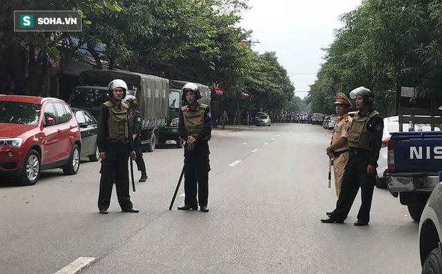 Cảnh sát dùng súng bắn tỉa vây bắt đối tượng hình sự cố thủ trong nhà ở Nghệ An - Ảnh 10.