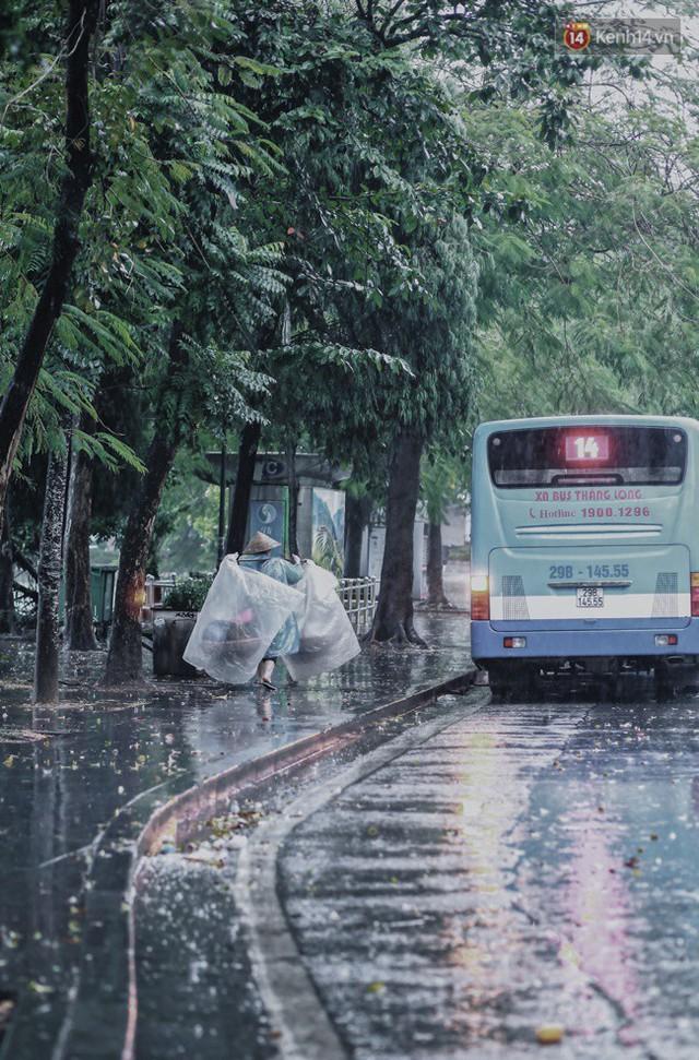 Chùm ảnh: Ngày đầu tiên Hà Nội đón gió mùa, người dân khoác áo ấm co ro trong tiết trời se lạnh - Ảnh 1.