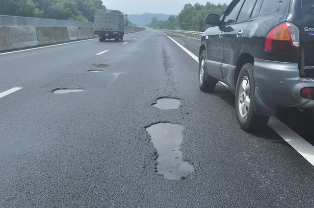 Vụ cao tốc 34 nghỉn tỷ chi chít ổ voi: Nói do mưa, do xe tải thì tội trời, tội tài xế - Ảnh 1.