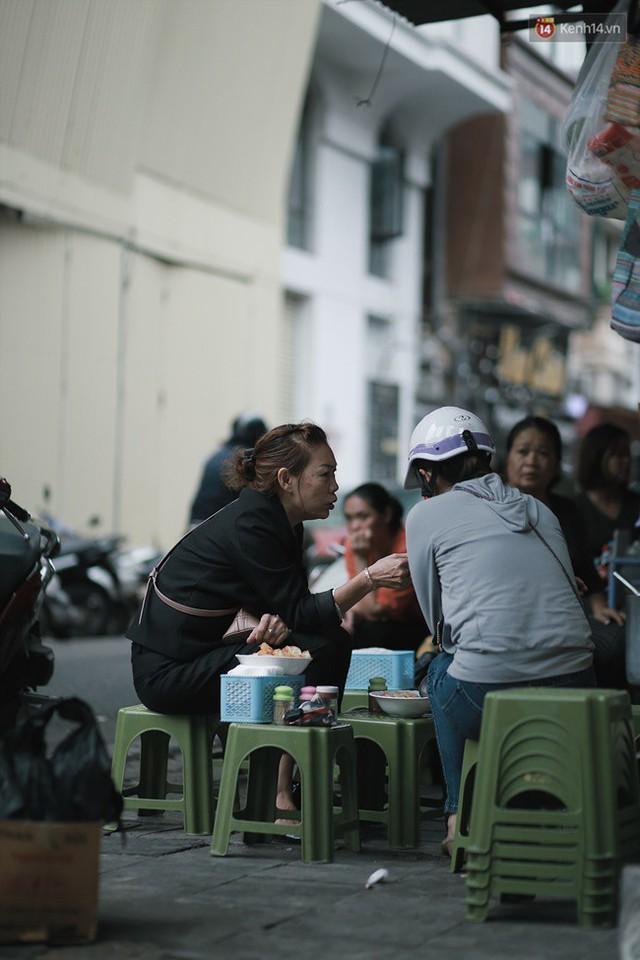 Chùm ảnh: Ngày đầu tiên Hà Nội đón gió mùa, người dân khoác áo ấm co ro trong tiết trời se lạnh - Ảnh 11.