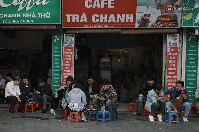 Chùm ảnh: Ngày đầu tiên Hà Nội đón gió mùa, người dân khoác áo ấm co ro trong tiết trời se lạnh - Ảnh 12.