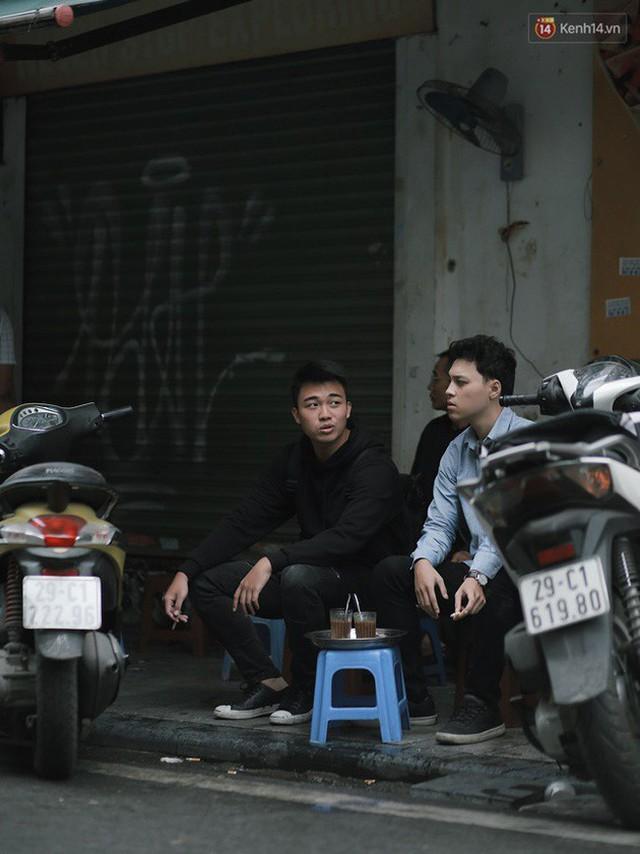 Chùm ảnh: Ngày đầu tiên Hà Nội đón gió mùa, người dân khoác áo ấm co ro trong tiết trời se lạnh - Ảnh 13.