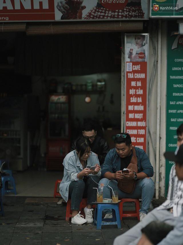 Chùm ảnh: Ngày đầu tiên Hà Nội đón gió mùa, người dân khoác áo ấm co ro trong tiết trời se lạnh - Ảnh 14.