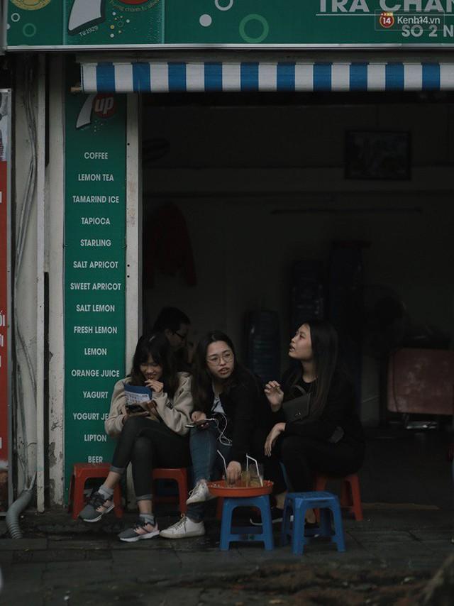 Chùm ảnh: Ngày đầu tiên Hà Nội đón gió mùa, người dân khoác áo ấm co ro trong tiết trời se lạnh - Ảnh 15.