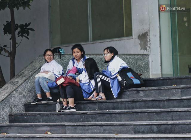 Chùm ảnh: Ngày đầu tiên Hà Nội đón gió mùa, người dân khoác áo ấm co ro trong tiết trời se lạnh - Ảnh 16.