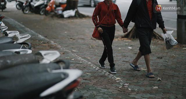 Chùm ảnh: Ngày đầu tiên Hà Nội đón gió mùa, người dân khoác áo ấm co ro trong tiết trời se lạnh - Ảnh 19.