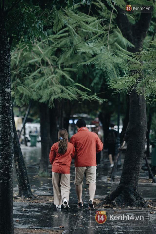 Chùm ảnh: Ngày đầu tiên Hà Nội đón gió mùa, người dân khoác áo ấm co ro trong tiết trời se lạnh - Ảnh 3.
