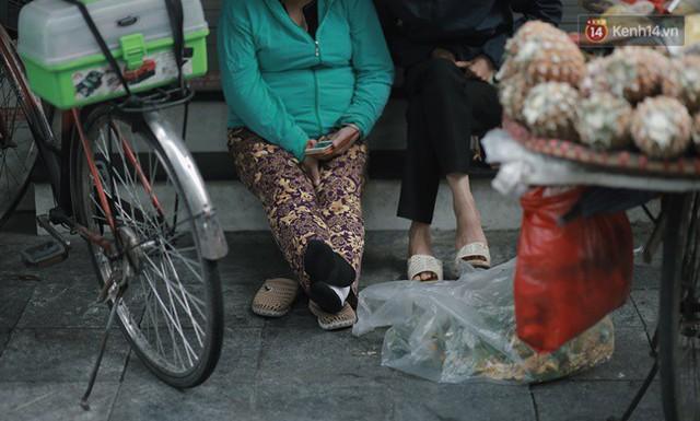 Chùm ảnh: Ngày đầu tiên Hà Nội đón gió mùa, người dân khoác áo ấm co ro trong tiết trời se lạnh - Ảnh 21.
