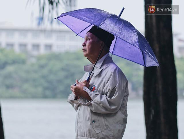 Chùm ảnh: Ngày đầu tiên Hà Nội đón gió mùa, người dân khoác áo ấm co ro trong tiết trời se lạnh - Ảnh 22.