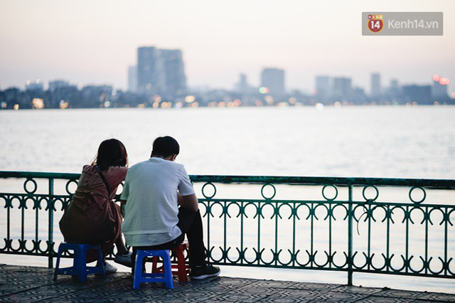 Chùm ảnh: Ngày đầu tiên Hà Nội đón gió mùa, người dân khoác áo ấm co ro trong tiết trời se lạnh - Ảnh 23.