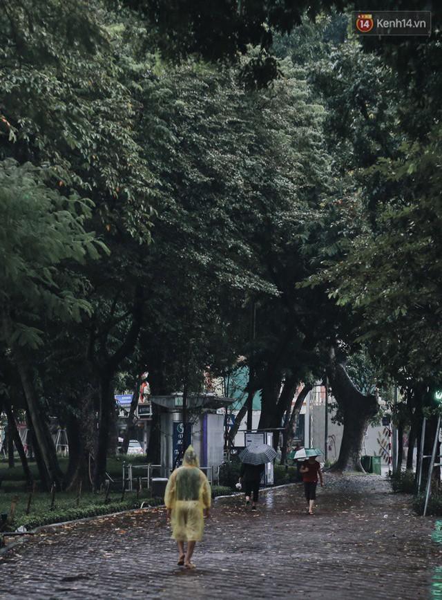 Chùm ảnh: Ngày đầu tiên Hà Nội đón gió mùa, người dân khoác áo ấm co ro trong tiết trời se lạnh - Ảnh 24.