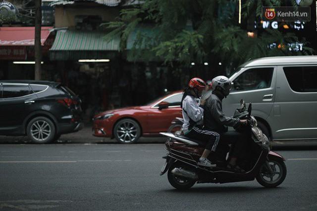 Chùm ảnh: Ngày đầu tiên Hà Nội đón gió mùa, người dân khoác áo ấm co ro trong tiết trời se lạnh - Ảnh 27.