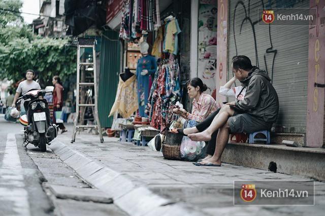 Chùm ảnh: Ngày đầu tiên Hà Nội đón gió mùa, người dân khoác áo ấm co ro trong tiết trời se lạnh - Ảnh 4.