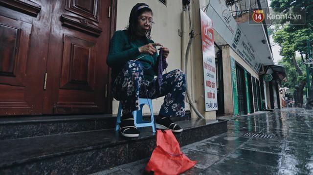 Chùm ảnh: Ngày đầu tiên Hà Nội đón gió mùa, người dân khoác áo ấm co ro trong tiết trời se lạnh - Ảnh 5.