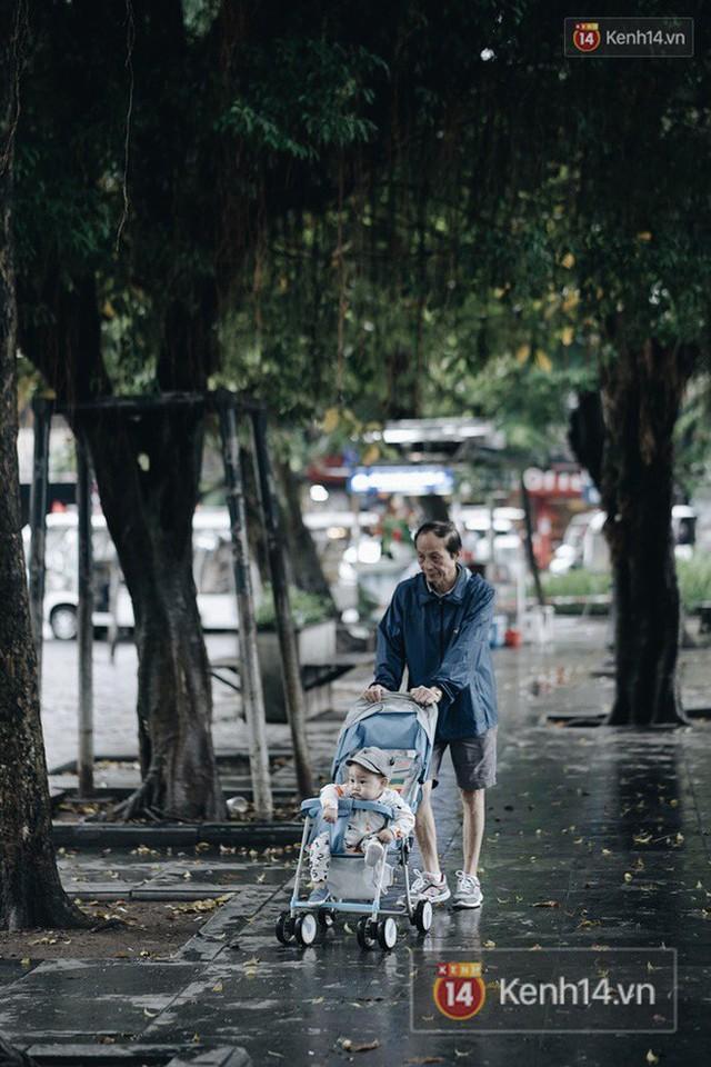 Chùm ảnh: Ngày đầu tiên Hà Nội đón gió mùa, người dân khoác áo ấm co ro trong tiết trời se lạnh - Ảnh 6.