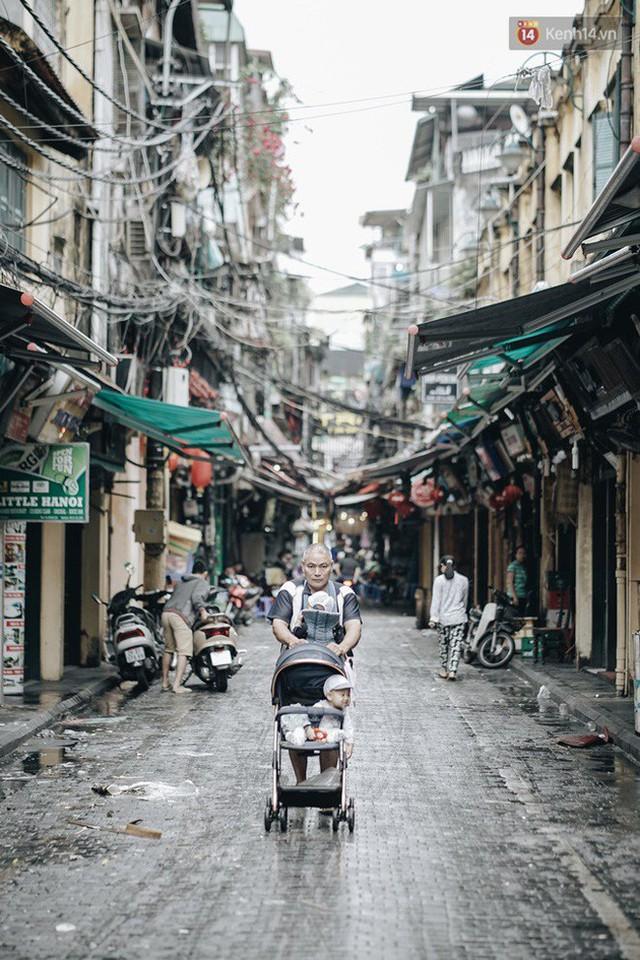 Chùm ảnh: Ngày đầu tiên Hà Nội đón gió mùa, người dân khoác áo ấm co ro trong tiết trời se lạnh - Ảnh 7.