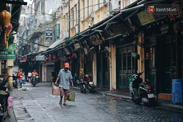 Chùm ảnh: Ngày đầu tiên Hà Nội đón gió mùa, người dân khoác áo ấm co ro trong tiết trời se lạnh - Ảnh 8.