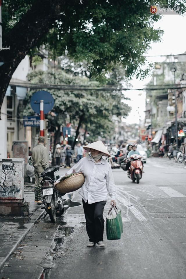 Chùm ảnh: Ngày đầu tiên Hà Nội đón gió mùa, người dân khoác áo ấm co ro trong tiết trời se lạnh - Ảnh 9.