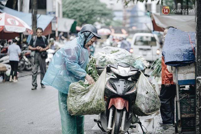 Chùm ảnh: Ngày đầu tiên Hà Nội đón gió mùa, người dân khoác áo ấm co ro trong tiết trời se lạnh - Ảnh 10.