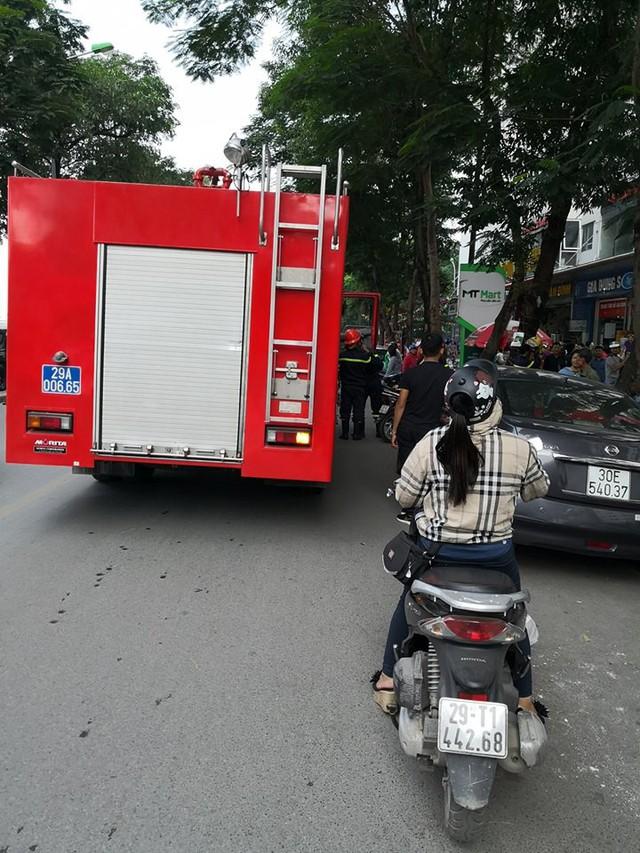 Lửa bốc cháy dữ dội tại tầng 31 chung cư HH Linh Đàm, hàng trăm người tháo chạy - Ảnh 4.