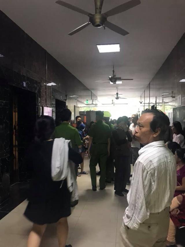 Lửa bốc cháy dữ dội tại tầng 31 chung cư HH Linh Đàm, hàng trăm người tháo chạy - Ảnh 6.