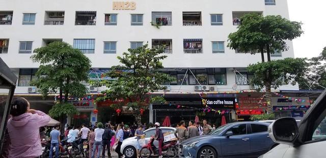 Lửa bốc cháy dữ dội tại tầng 31 chung cư HH Linh Đàm, hàng trăm người tháo chạy - Ảnh 3.