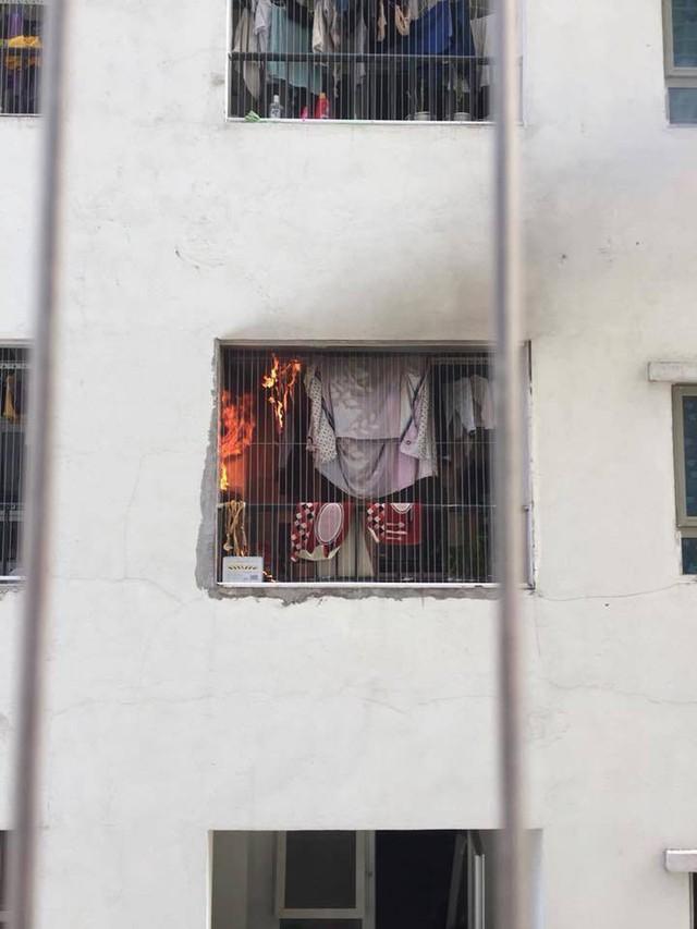 Lửa bốc cháy dữ dội tại tầng 31 chung cư HH Linh Đàm, hàng trăm người tháo chạy - Ảnh 1.