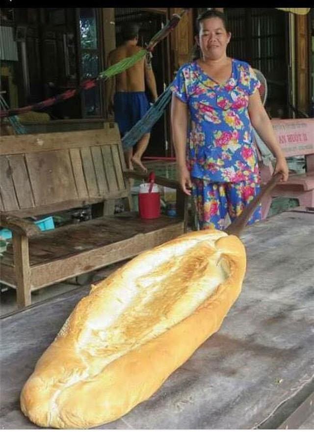 Ai mà ngờ được: ở miền Tây lại có một đặc sản bán dọc đường là chiếc bánh mì dài 1m thế này - Ảnh 4.