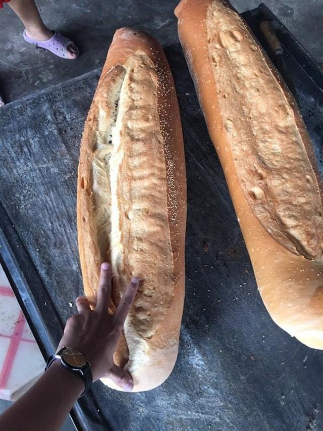 Ai mà ngờ được: ở miền Tây lại có một đặc sản bán dọc đường là chiếc bánh mì dài 1m thế này - Ảnh 5.