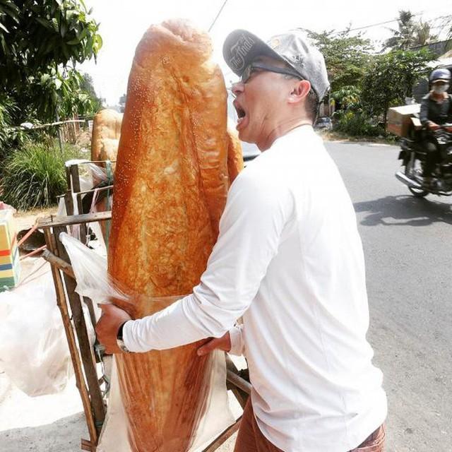 Ai mà ngờ được: ở miền Tây lại có một đặc sản bán dọc đường là chiếc bánh mì dài 1m thế này - Ảnh 7.