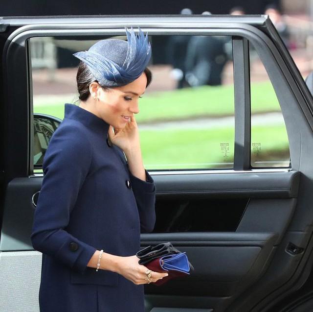 Meghan trở thành tâm điểm chú ý trong lễ cưới hoàng gia với vòng bụng to lùm lùm và gương mặt nhợt nhạt, kém sắc - Ảnh 2.