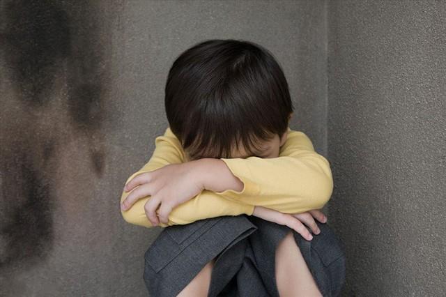 3 cách giáo dục bố mẹ hay sử dụng mà không biết rằng điều này có thể khiến con trở nên nhút nhát yếu đuối - Ảnh 2.