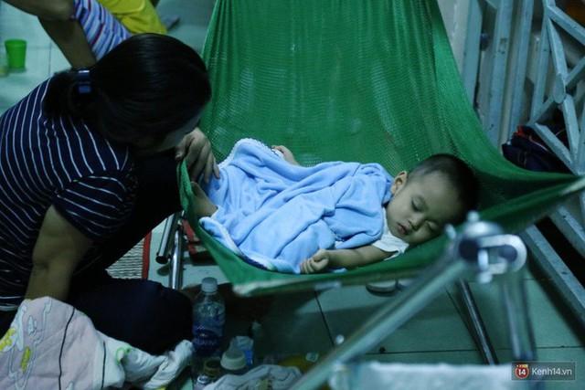 Đêm ở Bệnh viện Nhi Đồng mùa dịch: Khắp lối đi trở thành chỗ ngủ, nhiều gia đình chấp nhận nằm gần nhà vệ sinh bốc mùi - Ảnh 13.