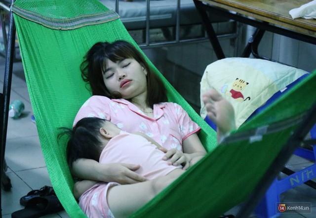 Đêm ở Bệnh viện Nhi Đồng mùa dịch: Khắp lối đi trở thành chỗ ngủ, nhiều gia đình chấp nhận nằm gần nhà vệ sinh bốc mùi - Ảnh 3.