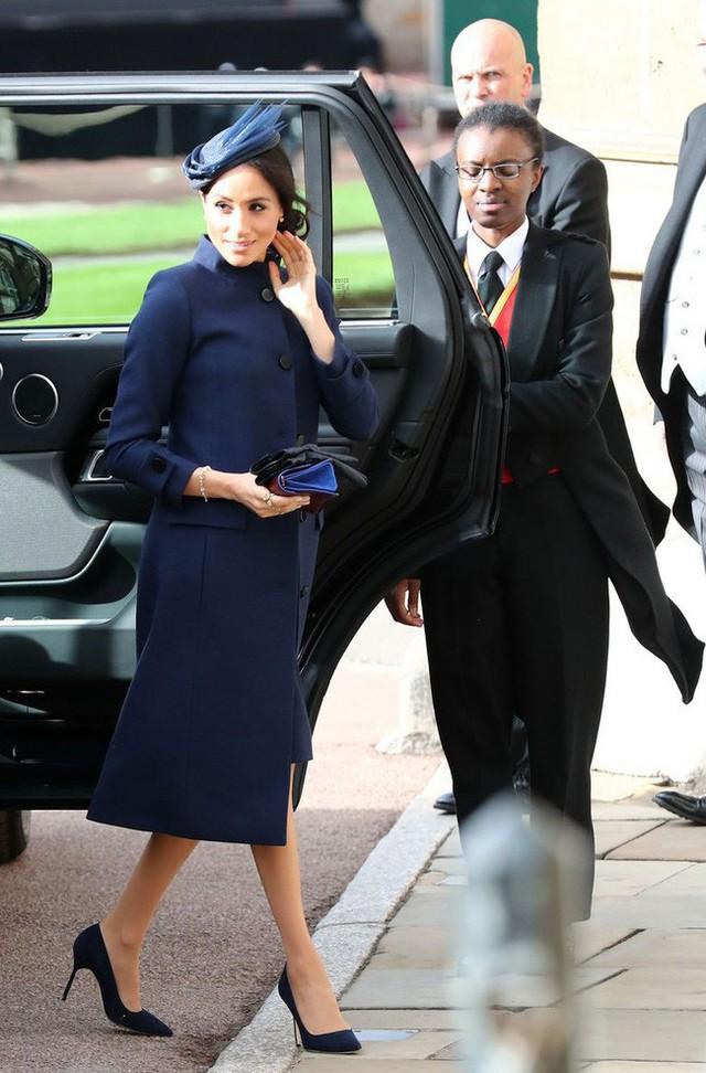 Meghan trở thành tâm điểm chú ý trong lễ cưới hoàng gia với vòng bụng to lùm lùm và gương mặt nhợt nhạt, kém sắc - Ảnh 3.