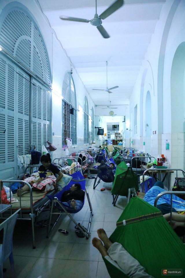 Đêm ở Bệnh viện Nhi Đồng mùa dịch: Khắp lối đi trở thành chỗ ngủ, nhiều gia đình chấp nhận nằm gần nhà vệ sinh bốc mùi - Ảnh 4.