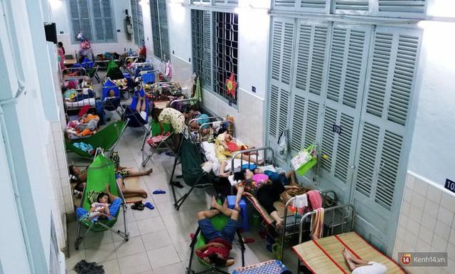 Đêm ở Bệnh viện Nhi Đồng mùa dịch: Khắp lối đi trở thành chỗ ngủ, nhiều gia đình chấp nhận nằm gần nhà vệ sinh bốc mùi - Ảnh 5.