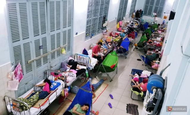 Đêm ở Bệnh viện Nhi Đồng mùa dịch: Khắp lối đi trở thành chỗ ngủ, nhiều gia đình chấp nhận nằm gần nhà vệ sinh bốc mùi - Ảnh 6.