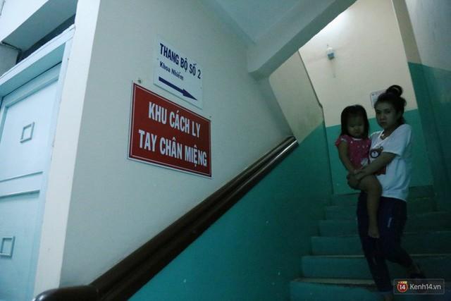 Đêm ở Bệnh viện Nhi Đồng mùa dịch: Khắp lối đi trở thành chỗ ngủ, nhiều gia đình chấp nhận nằm gần nhà vệ sinh bốc mùi - Ảnh 7.