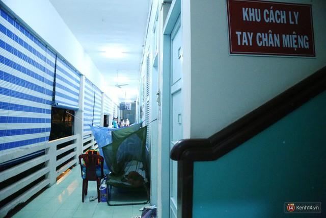 Đêm ở Bệnh viện Nhi Đồng mùa dịch: Khắp lối đi trở thành chỗ ngủ, nhiều gia đình chấp nhận nằm gần nhà vệ sinh bốc mùi - Ảnh 8.