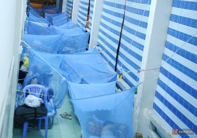 Đêm ở Bệnh viện Nhi Đồng mùa dịch: Khắp lối đi trở thành chỗ ngủ, nhiều gia đình chấp nhận nằm gần nhà vệ sinh bốc mùi - Ảnh 9.