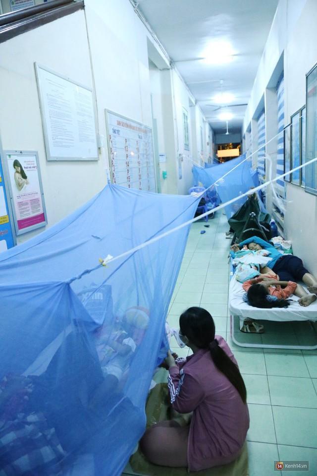 Đêm ở Bệnh viện Nhi Đồng mùa dịch: Khắp lối đi trở thành chỗ ngủ, nhiều gia đình chấp nhận nằm gần nhà vệ sinh bốc mùi - Ảnh 10.