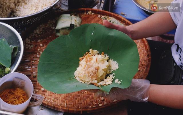 Quán xôi gói bằng lá sen mỗi sáng chỉ bán 3 tiếng là hết veo, người Sài Gòn xếp hàng nườm nượp chờ mua - Ảnh 2.