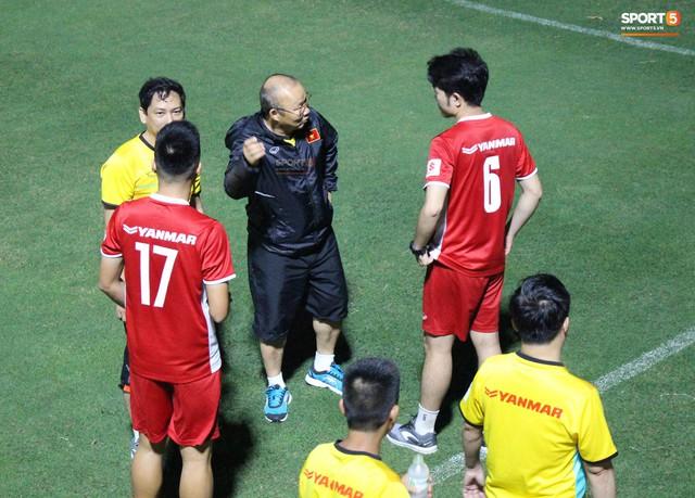 Xuân Trường, Văn Lâm trở thành phiên dịch đặc biệt giúp thầy Park nói chuyện với tân binh - Ảnh 6.