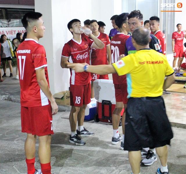 Xuân Trường, Văn Lâm trở thành phiên dịch đặc biệt giúp thầy Park nói chuyện với tân binh - Ảnh 7.
