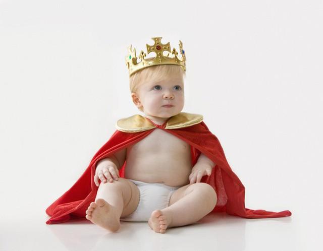 Sinh ra là em bé ngậm thìa vàng nhưng con của Meghan sẽ có cuộc sống khác biệt so với Hoàng tử George - Ảnh 1.