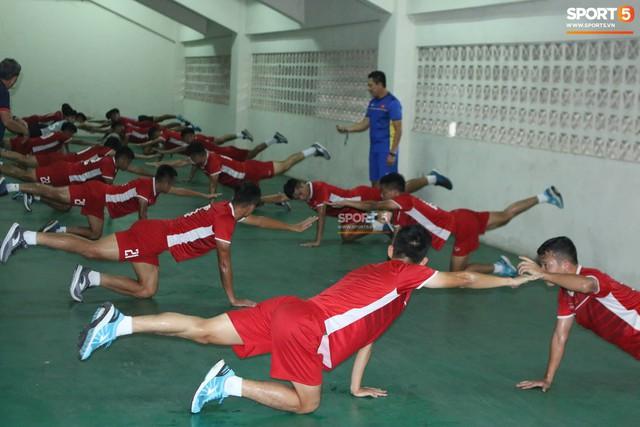 Không được tập trên sân chính, U19 Việt Nam phải tập luyện trong đường hầm trước trận mở màn giải U19 châu Á - Ảnh 5.