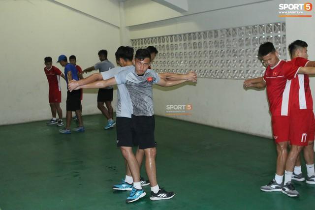 Không được tập trên sân chính, U19 Việt Nam phải tập luyện trong đường hầm trước trận mở màn giải U19 châu Á - Ảnh 6.