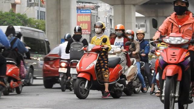Sởn gai ốc cảnh người Hà Nội nối đuôi nhau đối đầu hung thần đường phố - Ảnh 2.